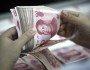 CHN - CHINA/DÍVIDA/GOVERNOS LOCAIS - INTERNACIONAL - Nesta foto de arquivo 26 de agosto de 2015, um funcionário do banco conta cédulas de   renminbi em uma agência bancária em Huaibei, na província de Anhui, centro da China.A   China impôs um limite de 16 trilhões de yuans (US$ 2,5 trilhões) à dívida de governos   locais, em uma tentativa de abordar um dos principais fatores que impedem o crescimento   da economia do país. O Comitê Permanente do Congresso Nacional do Povo da China limitou   em 600 bilhões de yuans o valor que pode ser emprestado diretamente aos governos locais   neste ano, informou a agência de notícias estatal Xinhua, neste domingo. Esse valor seria   somado à dívida de 15,4 trilhões de yuans que os governos locais detinham no final de   2014. Os limites impostos não incluem passivos indiretos, estimados em 8,6 trilhões de   yuans, segundo a agência de notícias.   26/08/2015 - Foto: AP PHOTO/CHINATOPIX/ASSOCIATED PRESS/ESTADÃO CONTEÚDO