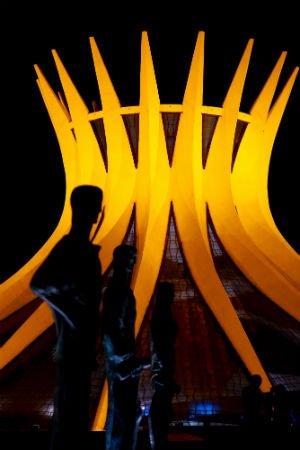 A Catedral de Brasília também ganhou a cor amarela Foto: Daniel Ferreira/Metrópoles