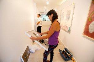 """A artista plástics raquel navas, durante a montagem da exposição """"Caminho Selvagem"""""""