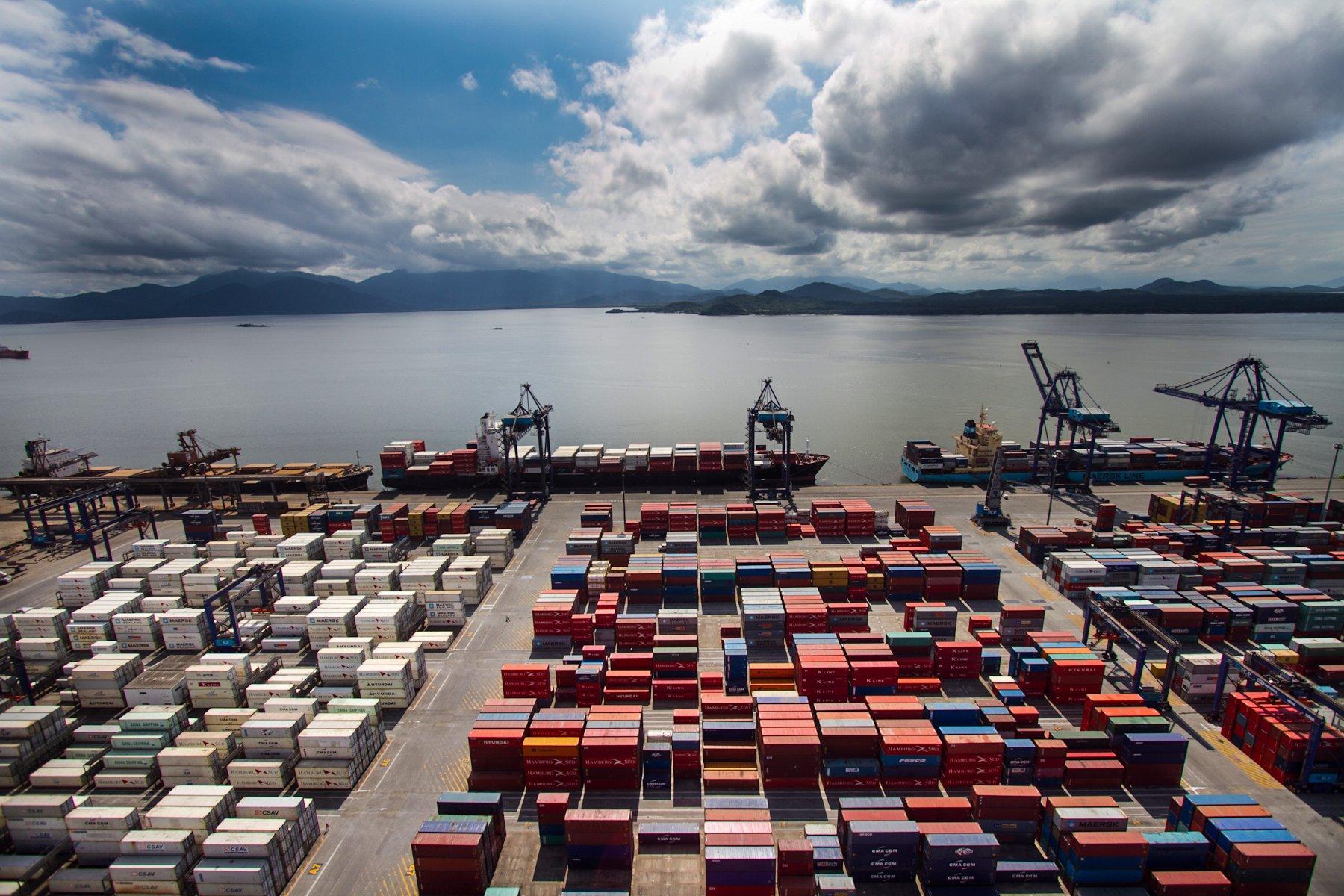 Porto brasileiro com conteiners