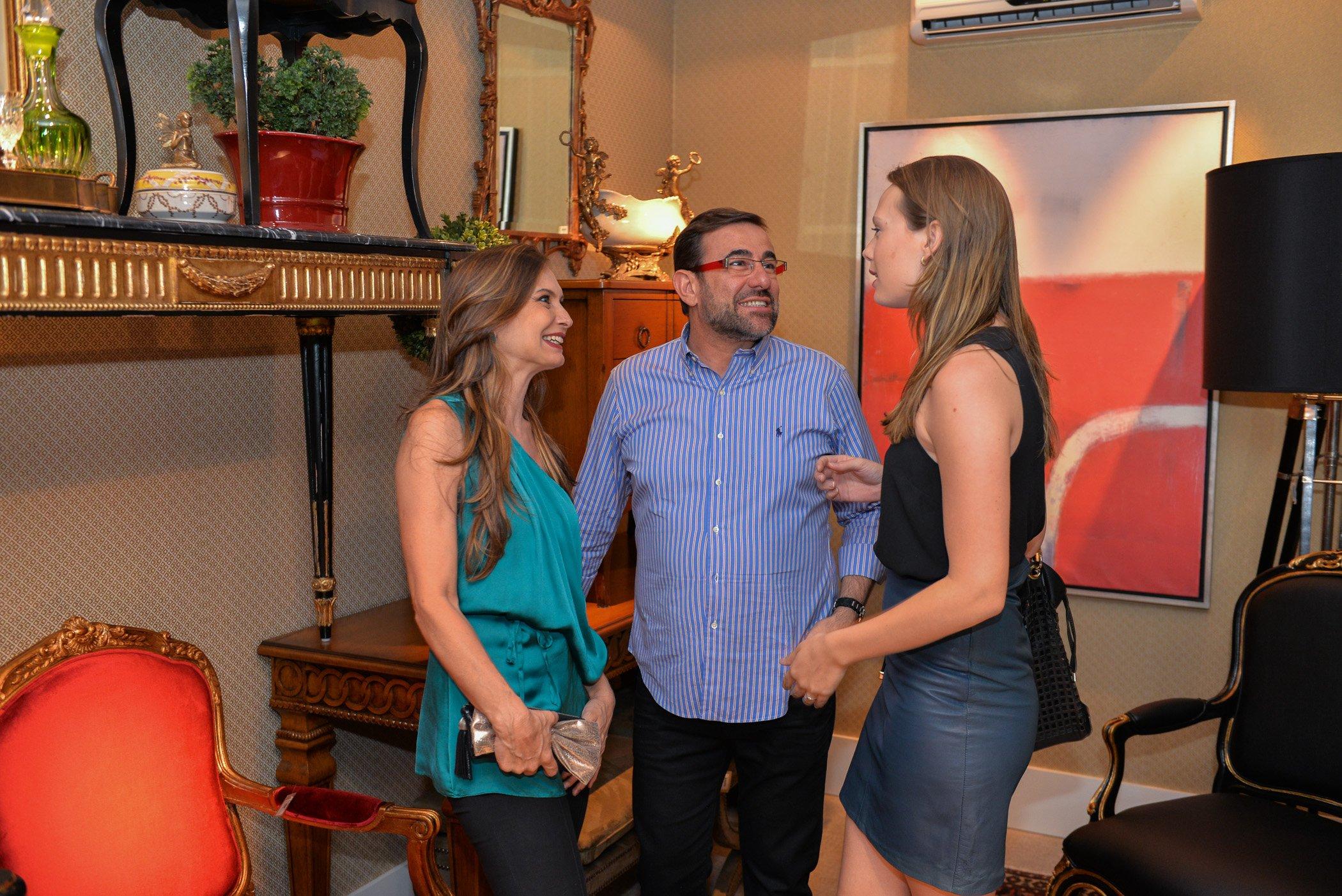 Nardim Júnior conversa com as arquitetas Karin (esq) e Bruna Keller