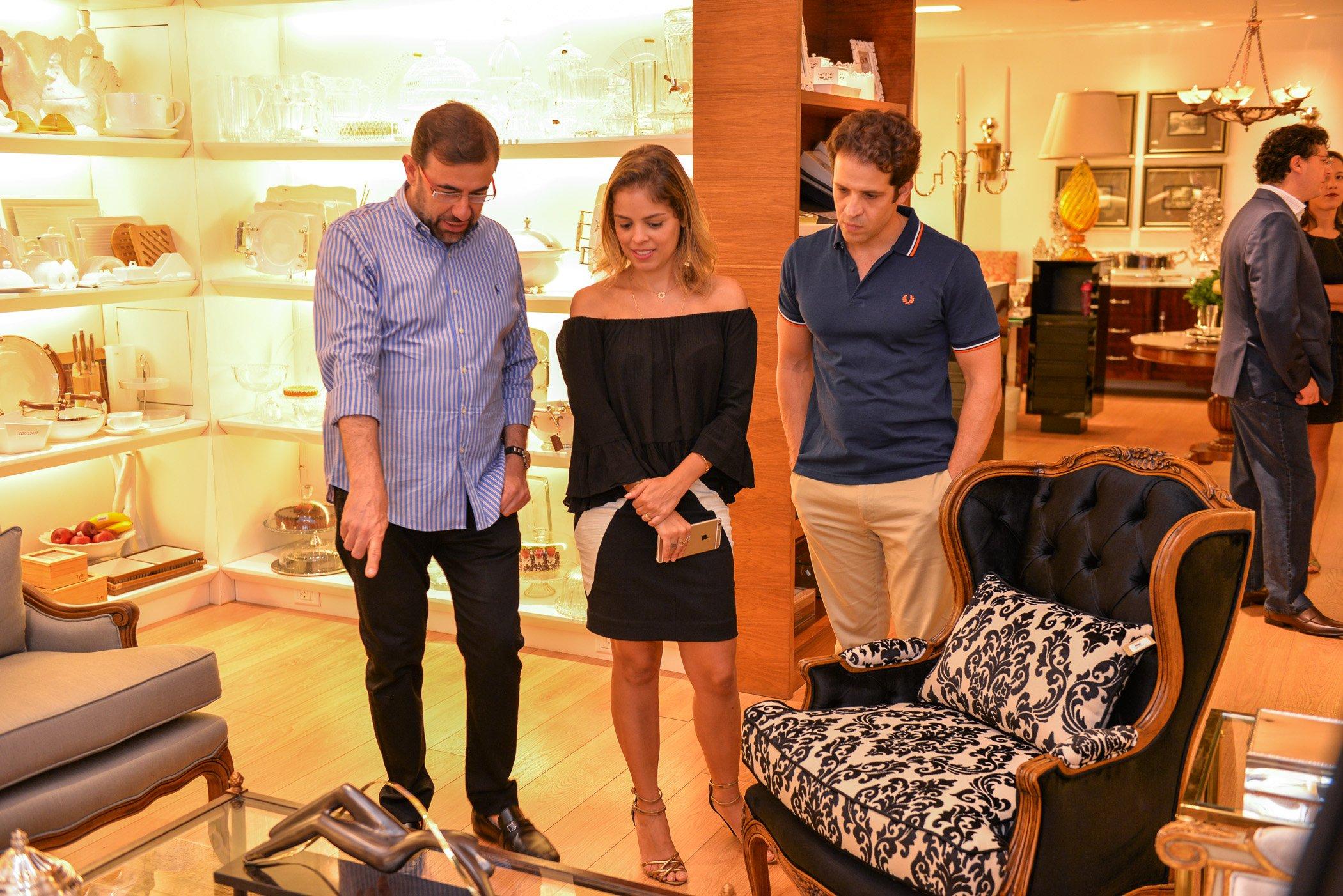 Nardim Júnior mostra móveis para a designer de interiores Thaís Roriz e o dentista X