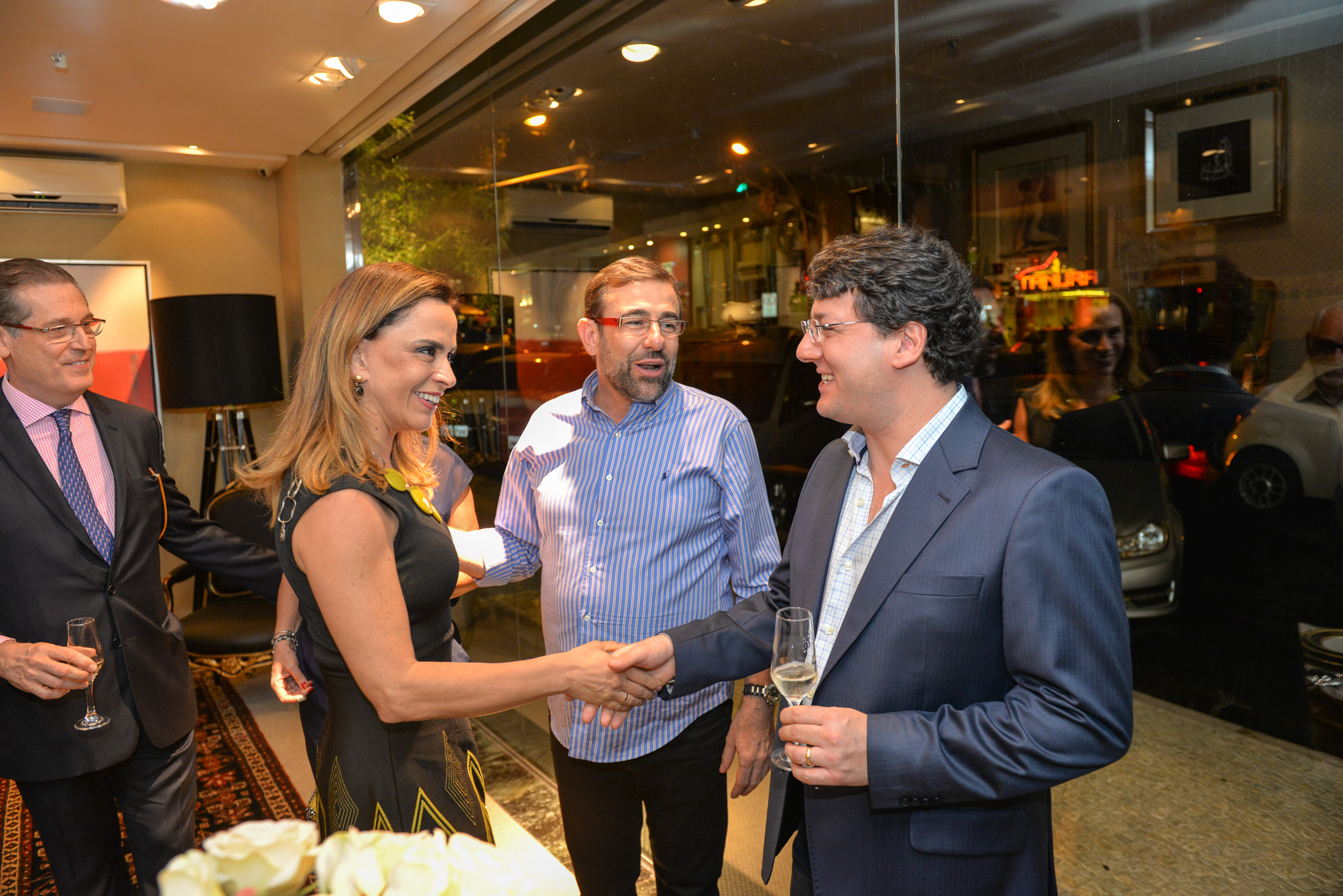 O embaixador do Brasil no Uruguai, Hadil Vianna (esq, ao fundo), a arquiteta Denize Zuba, Nardim Júnior e o empresário Jordano Zamboni