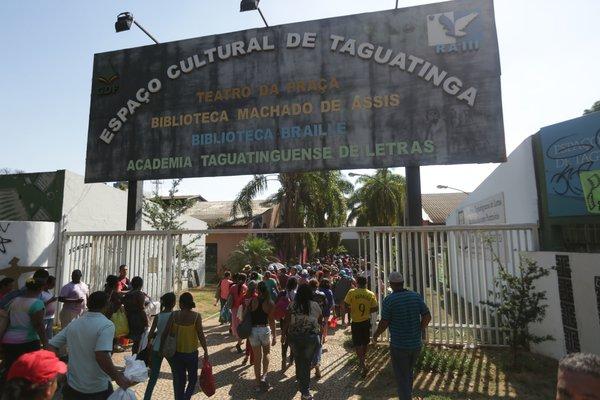 Brasília - DF, 20/10/15. integrantes do MRP (movimento resistência popular no centro de taguatinga. eles saíram da praça do relógio. ocuparam a comercial norte e depois o espaço cultural de taguatinga. Foto: Rafaela Felicciano/Metrópoles
