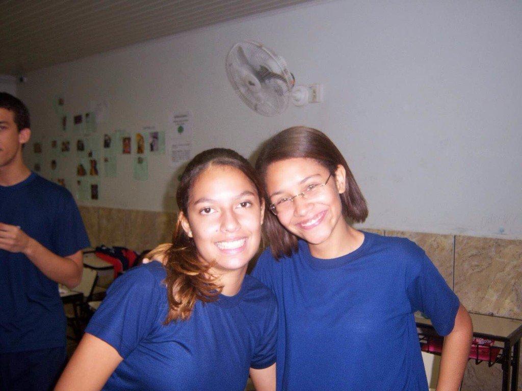Com 15 anos e cabelos alisados, Raísa Azeredo - à direita