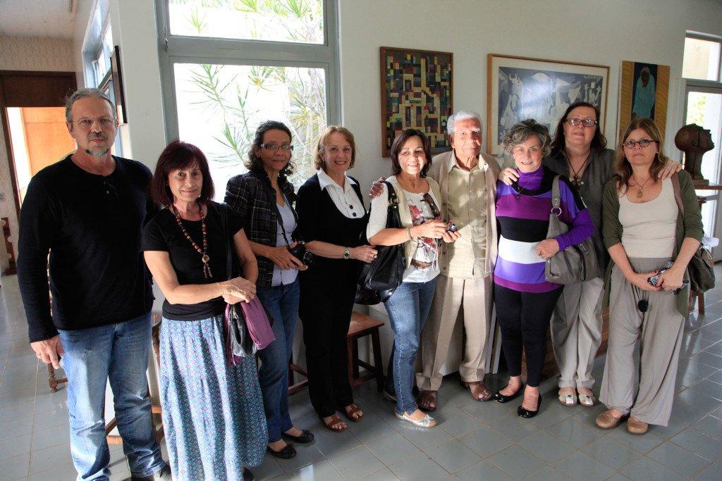 Lêda Watson e seu grupo de aprendizes em visita ao ateliê de Milton Ribeiro