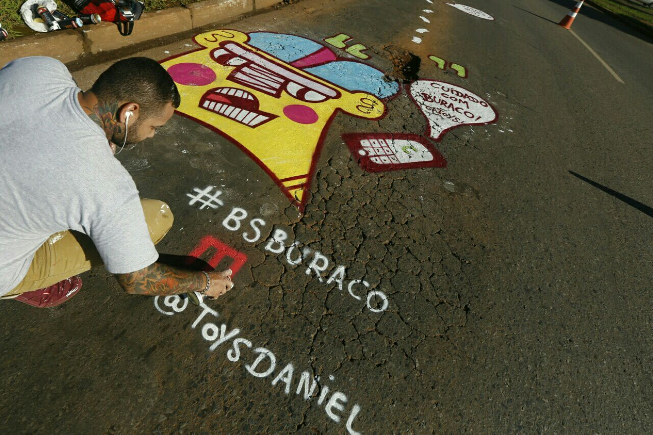 O grafiteiro Daniel Toys transformou um buraco no balão da Samambaia