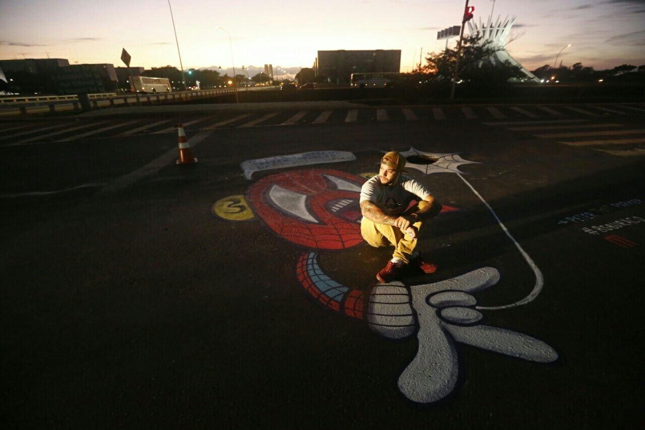 Grafiteiro Daniel Toys perto do Museu da República