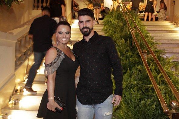 Radamés teria terminado noivado com Viviane Araújo pelo celular