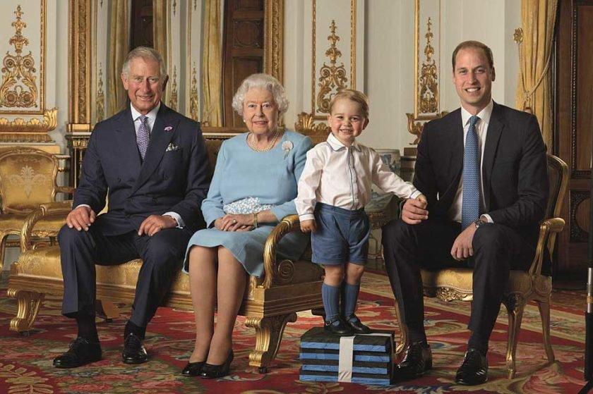 Rainha e herdeiros do trono sentados em foto oficial