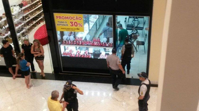b9490476878 Trio de assaltantes invade joalheria no JK Shopping. Veja vídeo