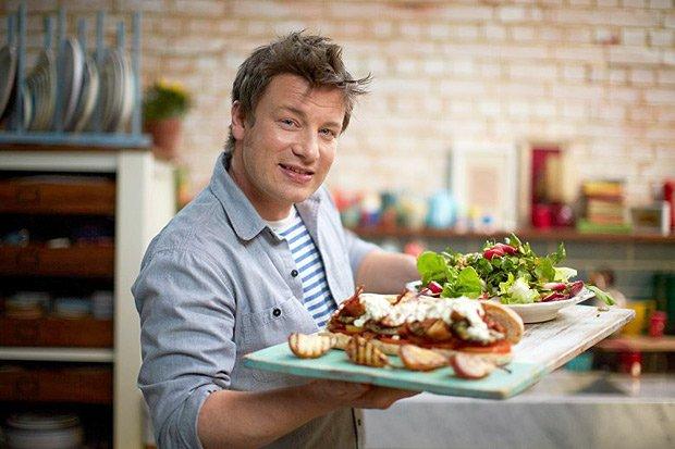 Chef Jamie Olier segurando bandeja de comida