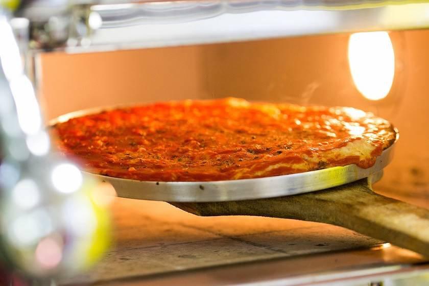 Pizza Dom Bosco saindo do forno