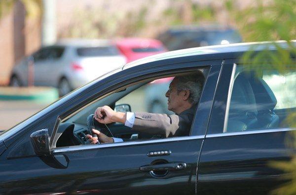 Raimundo Ribeiro chegou dirigindo o carro com escolta policial - Foto: Michael Melo/Metrópoles