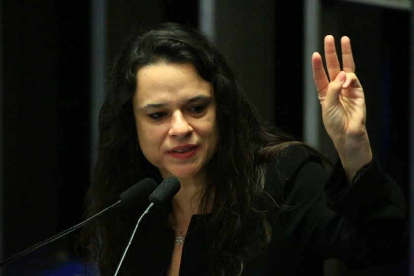 Janaína Paschoal - USP cancela prova que apontava impeachment como golpe e lula como preso político