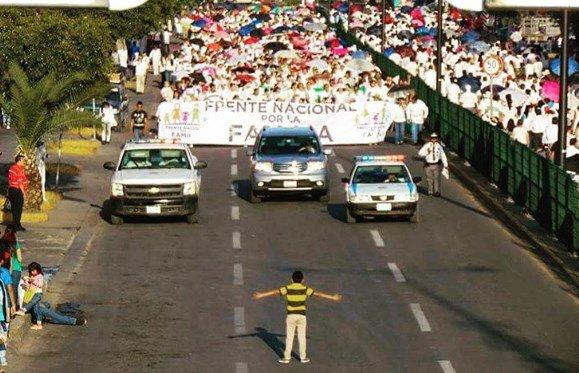 Menino tenta parar marcha contra casamento gay no México