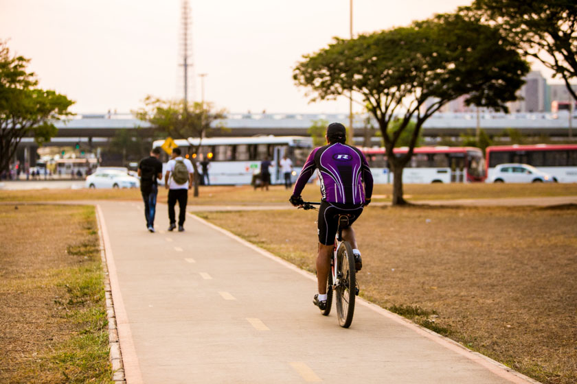 Brasília (DF), 13/09/2016 Seca e Por do SolLocal: bicicleta, bike, ciclista, fim de tarde, rodoviária, seca, sol