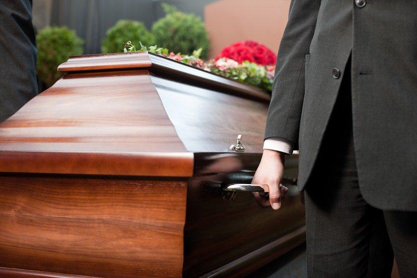 Como protesto, família leva caixão de jovem morto até a delegacia