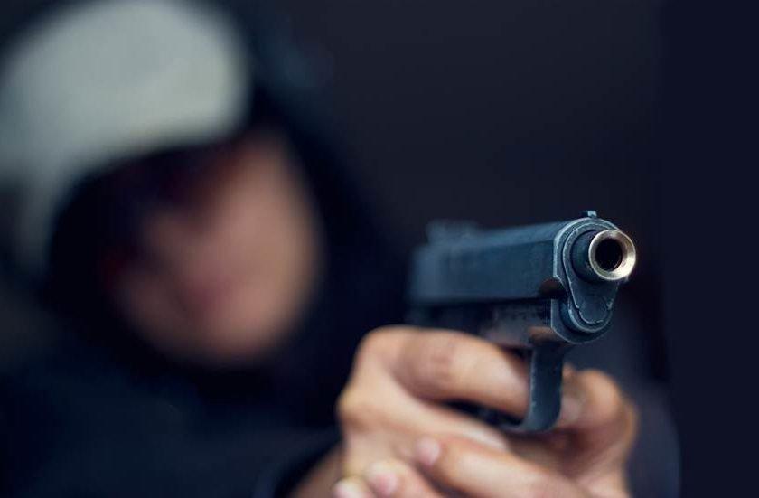 Estrábica tenta matar mulher do ex marido e acerta noutra pessoa