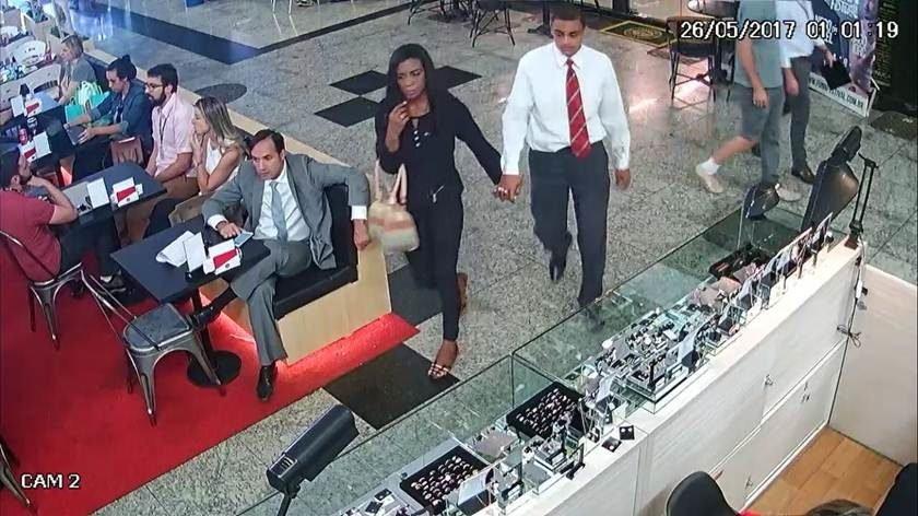 cbe6043b760 Casal armado assalta joalheria no Gilberto Salomão em plena luz do dia