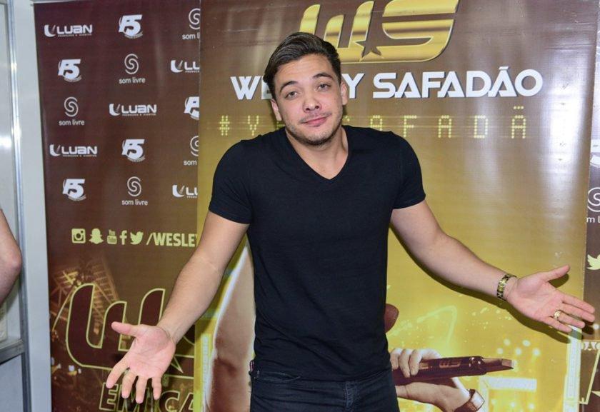 Wesley Safadão posa em família e fãs falam de camiseta