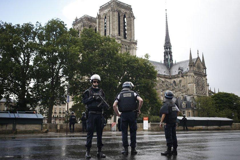 Policial atira em homem perto da Notre Dame, em Paris