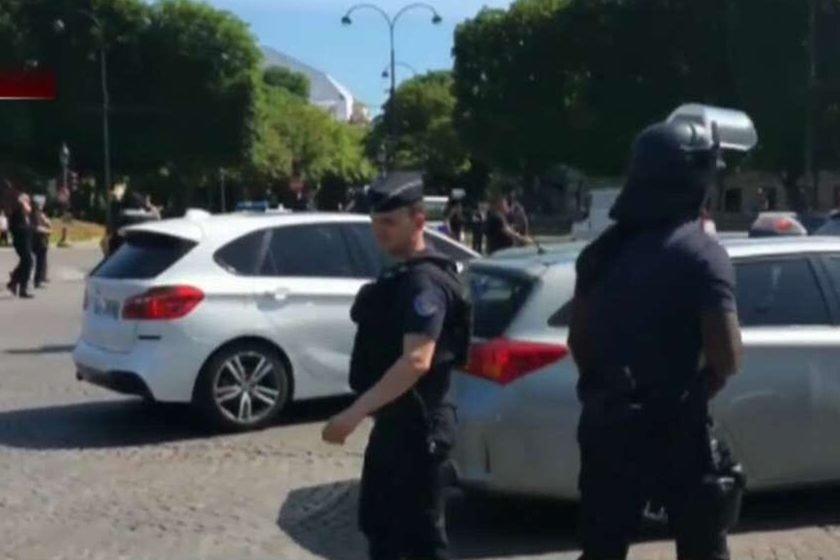 Homem lança carro contra policiais na Champs-Elysées