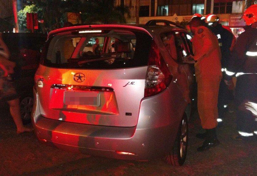Mãe tranca filhos no carro para dar 'lição' e crianças morrem
