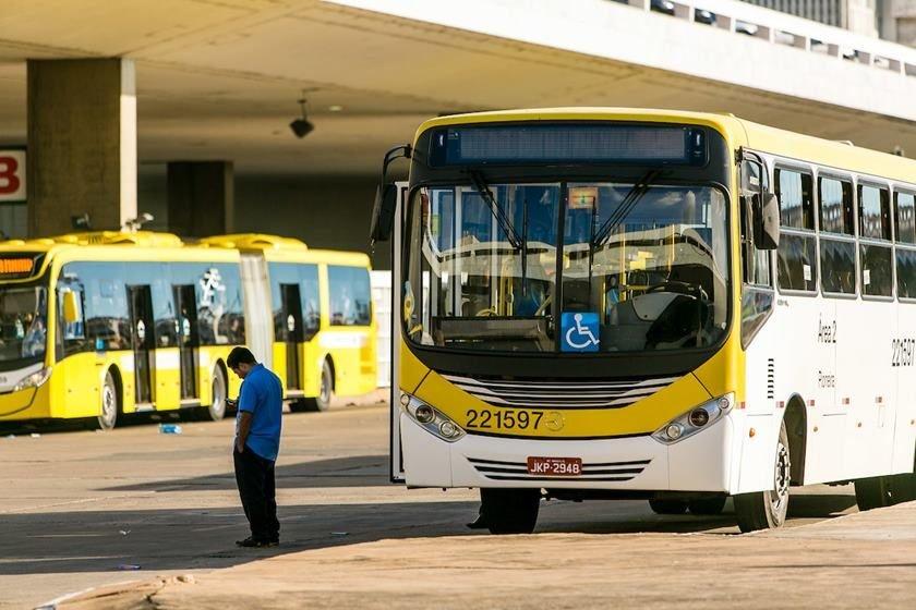 Motoristas e cobradores de ônibus entram em greve no Recife