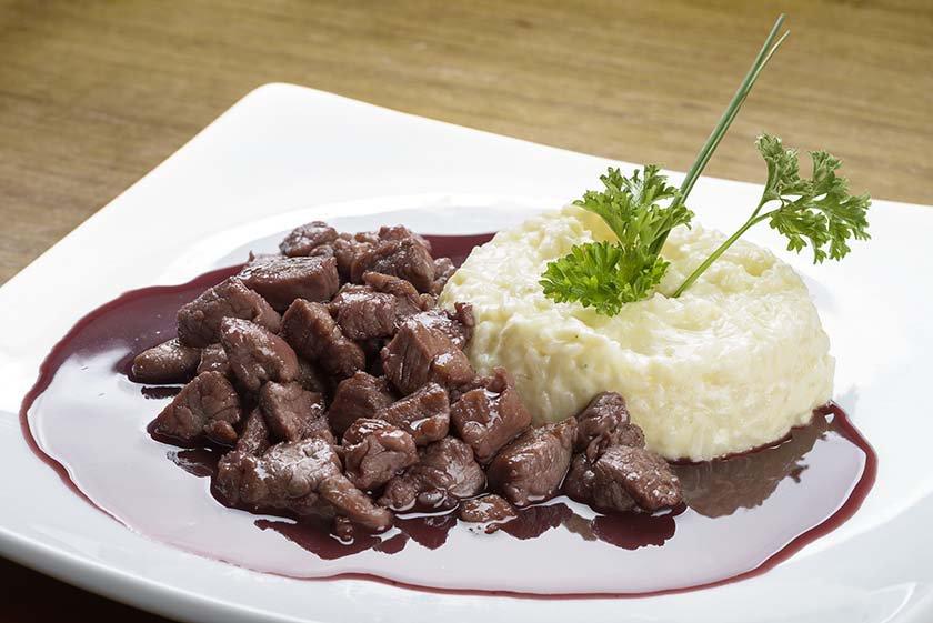 Contê_Picadinho de filé suíno com molho do vinho tinto acompanhado de arroz cremoso de queijo coalho