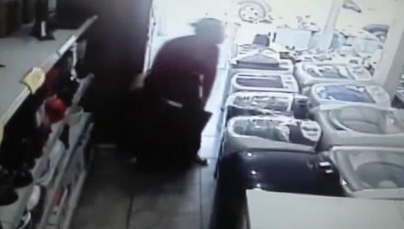 Mulher furta loja e esconde TV de 32 polegadas embaixo da saia