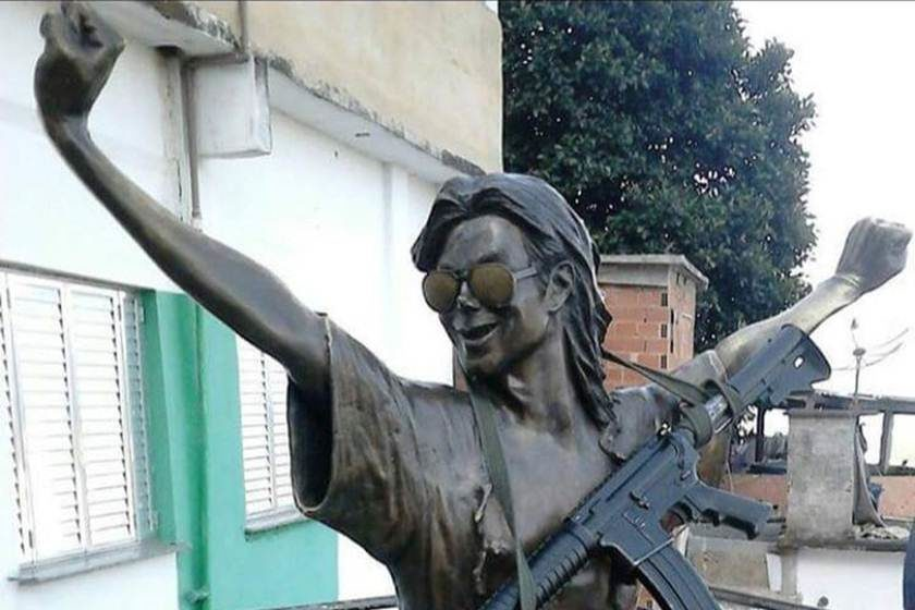 Estátua de Michael Jackson aparece com fuzil no RJ