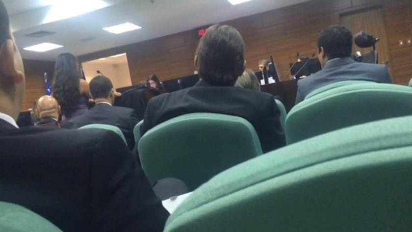 Magistrado ameaça deixar sessão por causa da roupa de advogada