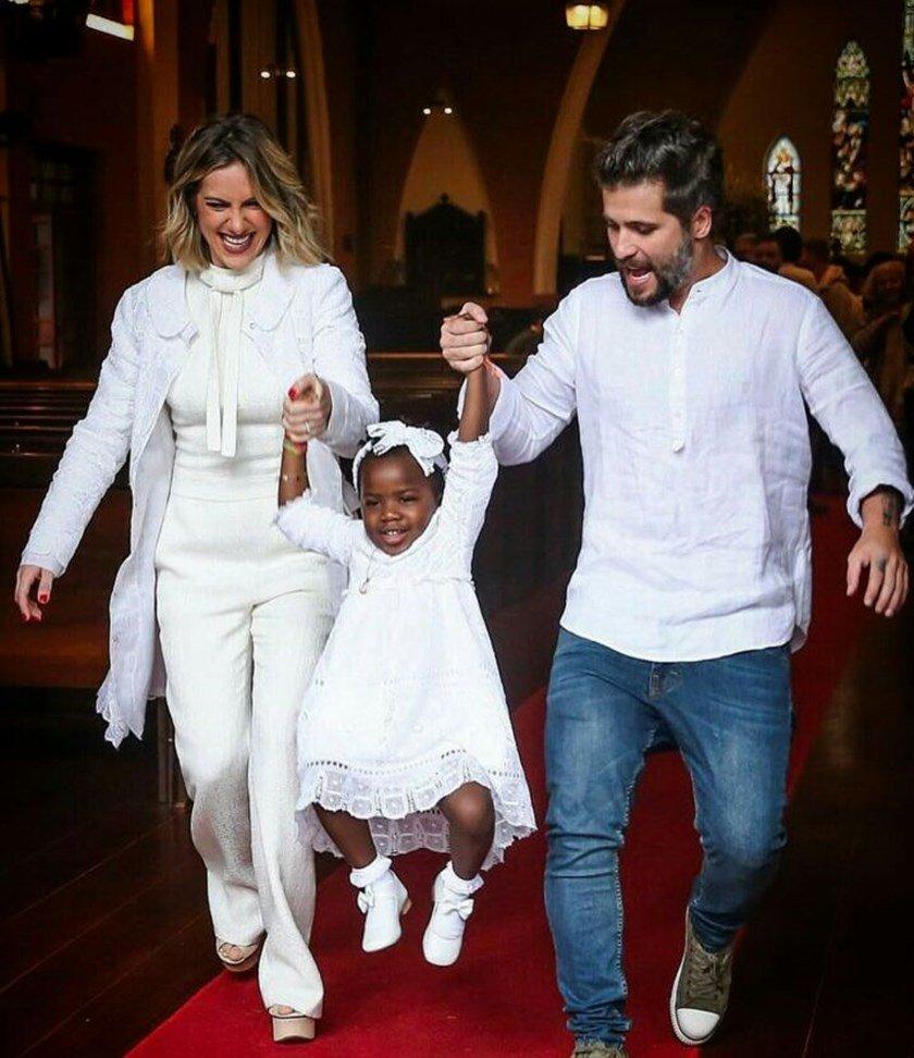 Bruno Gagliasso e Giovanna Ewbank batizam a filha em igreja Anglicana