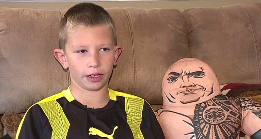 Menino salvou irmão afogado ao imitar cena de filme com 'The Rock'