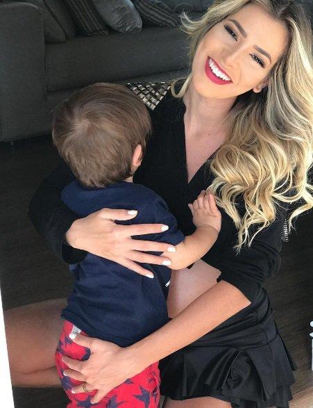 eda76556d Ex-BBB Adriana se emociona ao apresentar filho para irmãzinha  veja ...