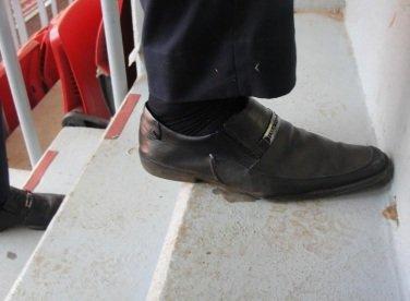 degrau do estádio em comparação com um pé mediano