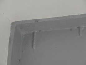 Barras de ferro saindo da parede e interferindo no piso