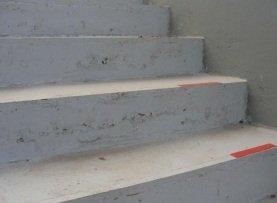 Degraus não homogêneos tanto no tamanho quanto na qualidade do concreto