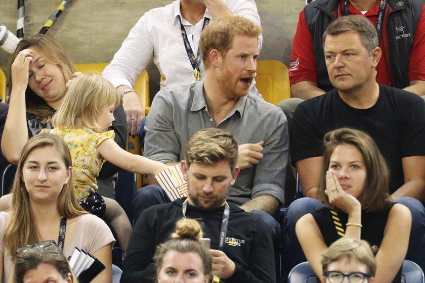 Menina de dois anos 'rouba' pipoca de príncipe Harry e ele reage