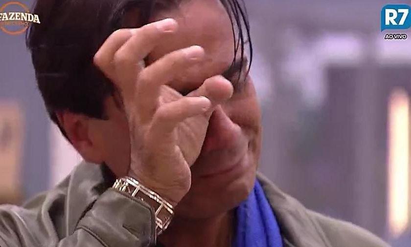 A Fazenda: Isolado, Fábio Arruda chora e é consolado por Rita Cadillac
