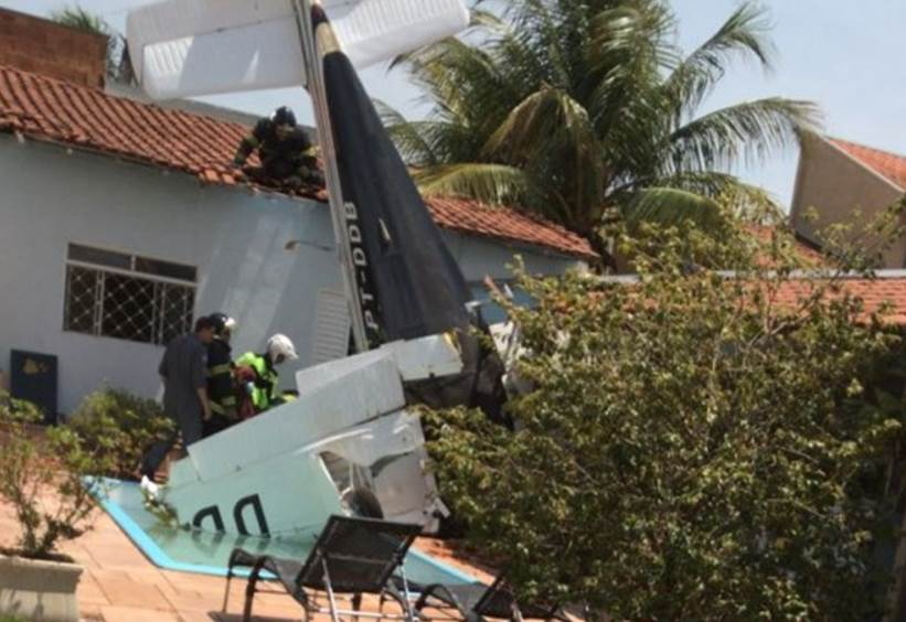 Avião de pequeno porte cai sobre casa em Rio Preto