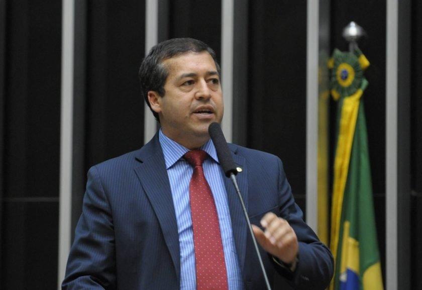 Ministro pede demissão e diz que mira eleição