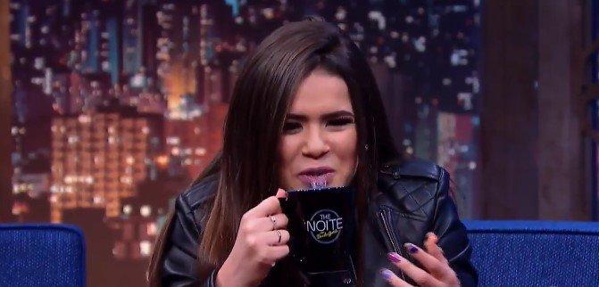 """Durante o programa """"The Noite"""" da madrugada desta terça-feira (10), Gentili  permitiu que a atriz bebesse vodca achando que fosse água a1d6c72872"""