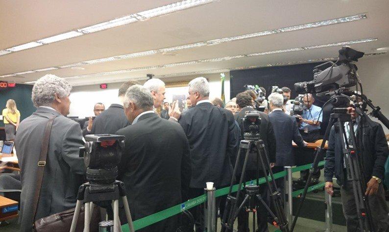 Relatório sobre denúncia contra Temer é votado na CCJ