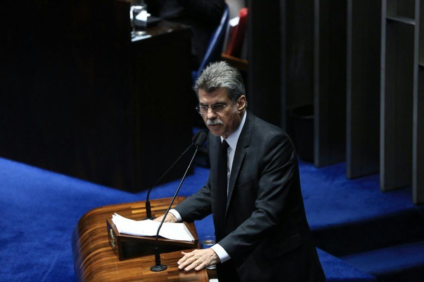 Senador Randolfe Rodrigues protocola pedido de impeachment do presidente Michel Temer