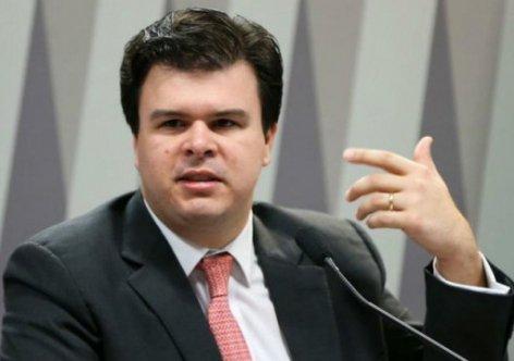 Ministro Fernando Filho entrega carta de desfiliação ao PSB