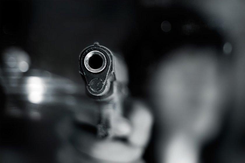 Moça de 18 anos morre com tiro na cabeça após roleta russa