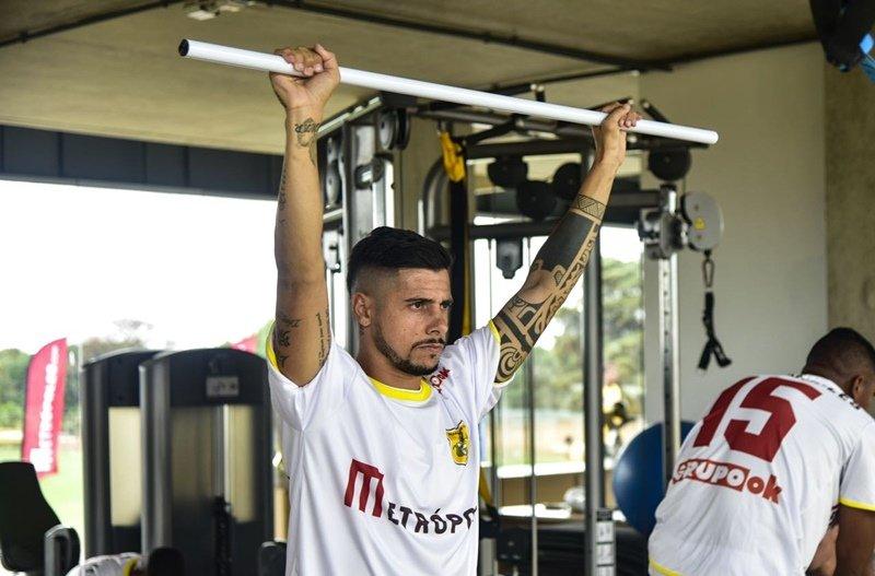 São Paulo anuncia entrevista do lateral Cicinho no Morumbi, na terça