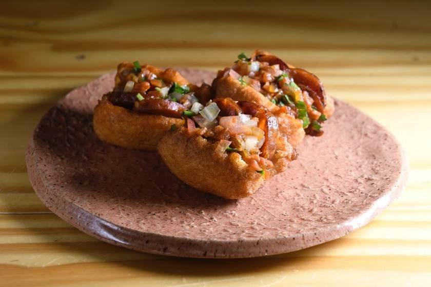 bocaditos de feijão recheados de chouriço espanhol - Isadora Marar